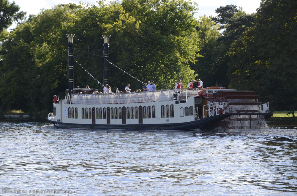 photoblog image Boat Friday (on the River Thames at Remenham)