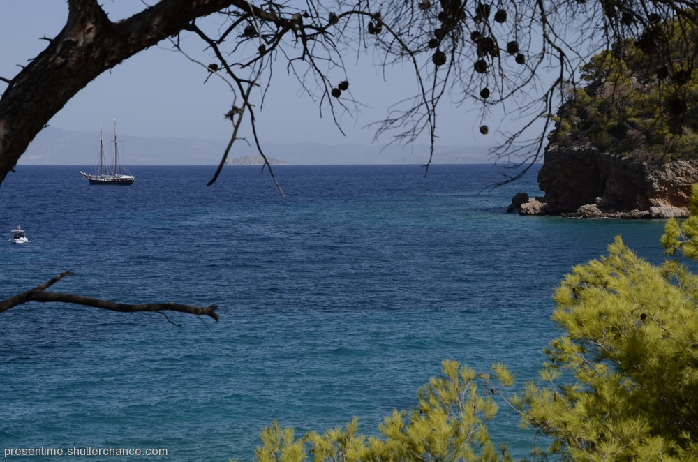 photoblog image Boat Friday (Dragonera Beach, Agistri)
